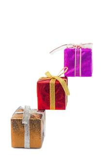 여러 가지 빛깔된 크리스마스 선물 상자 흰색으로 격리