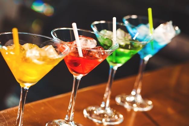 バーで色とりどりのカクテル。
