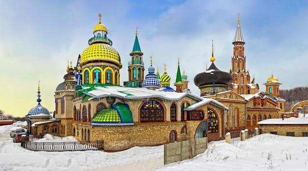 겨울 날 카잔에 있는 여러 가지 빛깔의 복잡한 모든 종교 사원