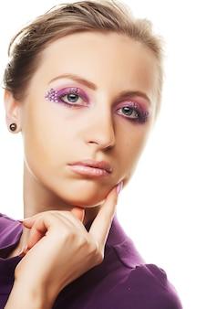 Разноцветный макияж творчества. крупным планом портрет молодой красивой женщины.