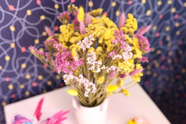꽃병 근접 촬영에 여러 가지 빛깔된 건조 statice 꽃