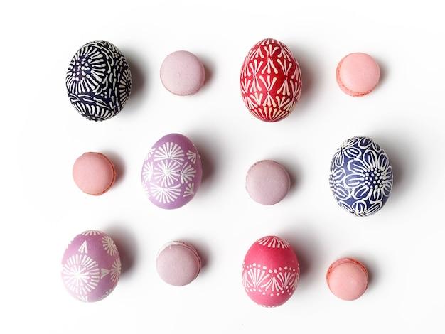 Разноцветные пасхальные яйца изолированные