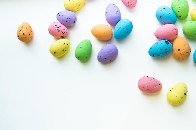 Разноцветные пасхальные яйца на белом. декоративные пасхальные яйца