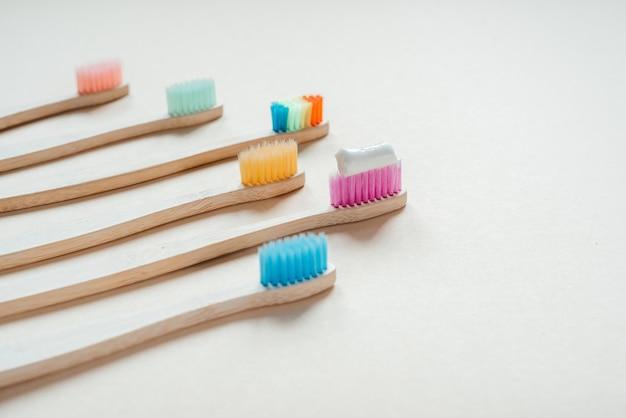 色とりどりの環境にやさしい竹製歯ブラシ、ゼロウェイストコンセプトのデンタルケア、持続可能なライフスタイル