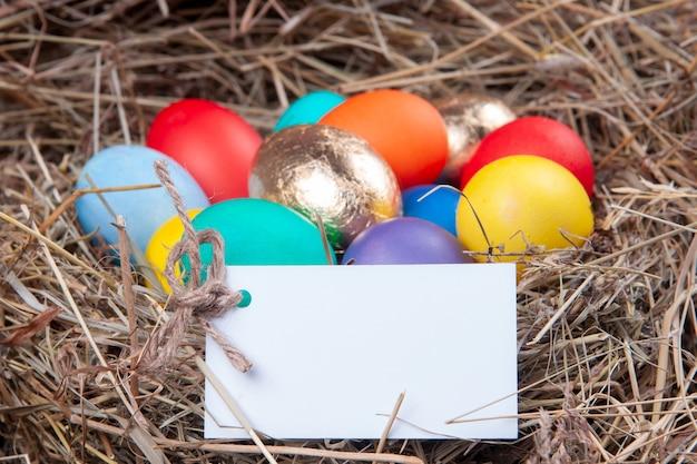 Разноцветные яйца с запиской в сене.