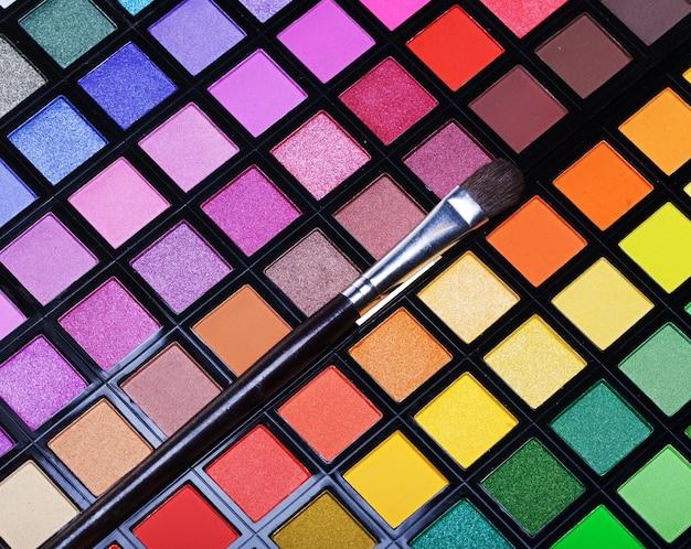 Разноцветные тени для век с косметической кистью