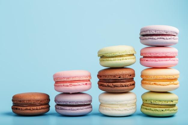 色とりどりのフランスのマカロニマカロニクッキーはピラミッドに配置されています