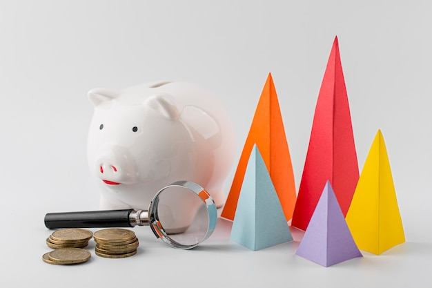 Coni multicolori di crescita con monete e salvadanaio