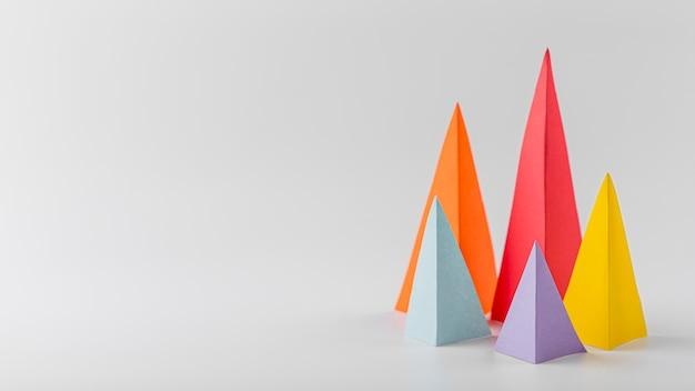 Coni multicolori di crescita con lo spazio della copia