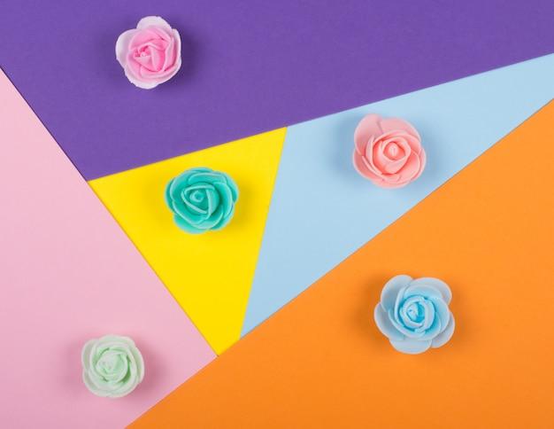 紙の上の色とりどりの手作りバラの