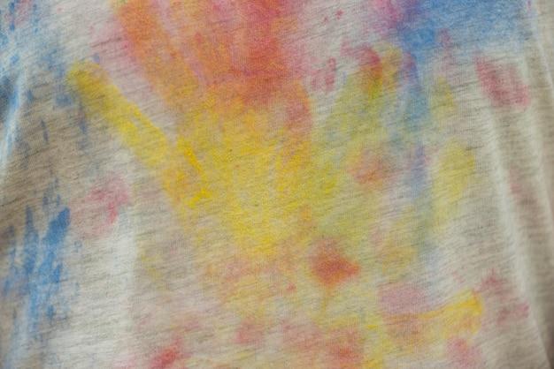 티셔츠에 여러 가지 빛깔의 손자국