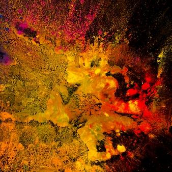 Разноцветный взрыв порошка холи на черном фоне