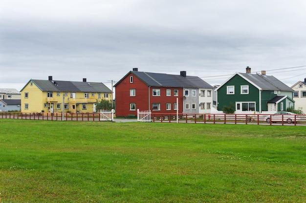 바르도 마을의 여러 가지 빛깔의 주택