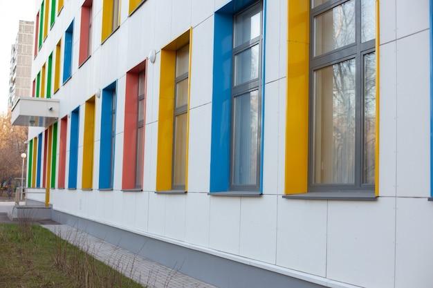 육아 또는 병원 건물의 여러 가지 색의 큰 창문.