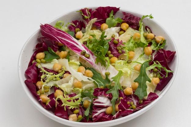 여러 가지 빛깔의 잎이 많은 채소 믹스. 깨끗한 식사. 건강한 다이어트 음식.