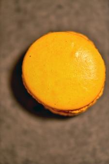 濃い灰色の表面に色とりどりのマカロンケーキ