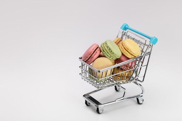 슈퍼마켓 장바구니에 여러 가지 빛깔의 마카롱