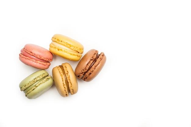 Разноцветные макароны, изолированные на белом