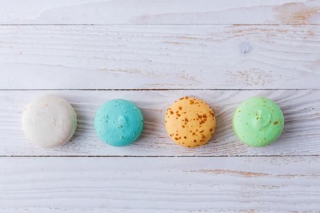 Разноцветные миндальное печенье на белом фоне. копировать пространство