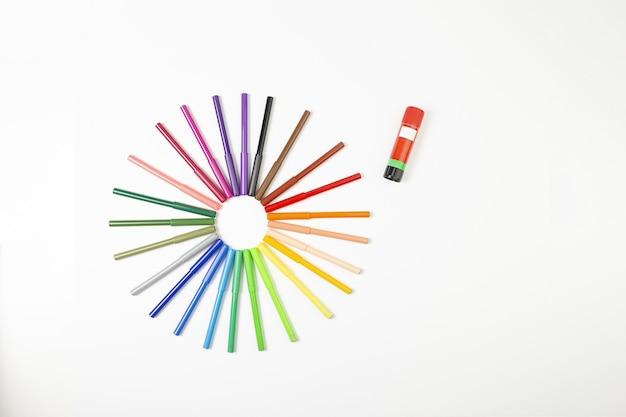 白い背景の上の太陽の形で色とりどりのマーカーペン