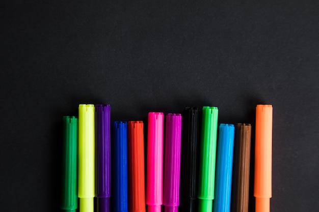 Разноцветные маркеры на черном фоне