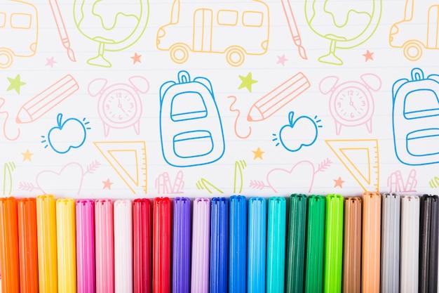 그려진 종이에 여러 가지 빛깔의 마커