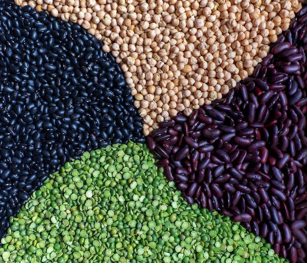 生の乾燥マメ科植物の組成の多色混合:グリーンピース、インゲンマメ、ブラックメキシコ豆、ひよこ豆。閉じる。