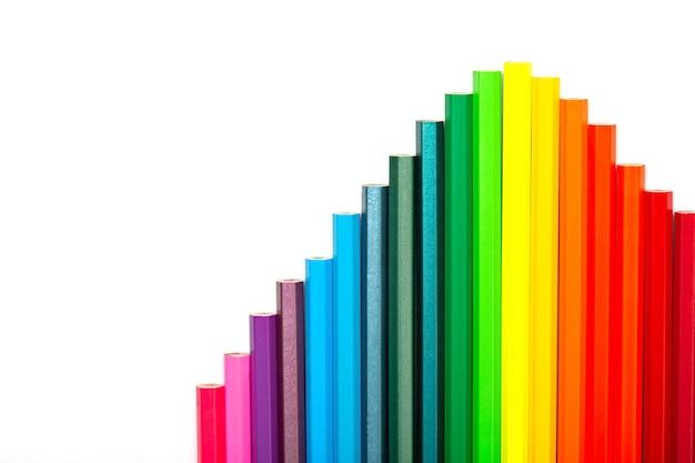 白い背景の上の色とりどりの鉛筆のはしご