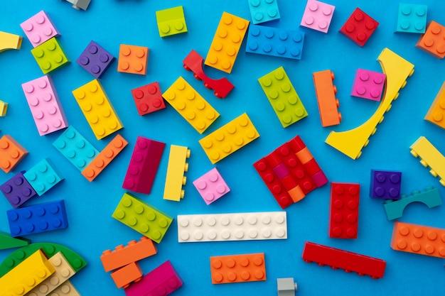 파란색 배경에 장난감 생성자의 여러 조각