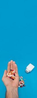 파란색 파노라마 배경에 여러 가지 빛깔의 알약