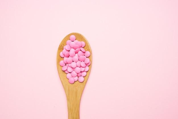 Разноцветные таблетки лекарства фармацевтическое обезболивающее. фото высокого качества