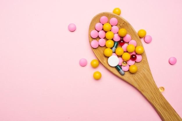 Разноцветные таблетки лекарства фармацевтическое обезболивающее