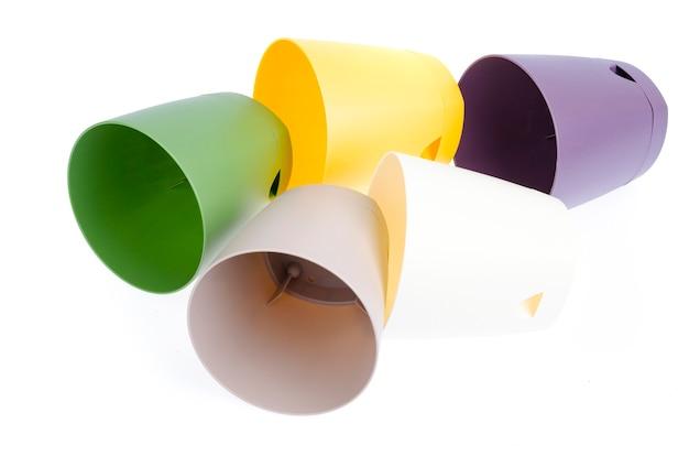 白で隔離される色とりどりの植木鉢
