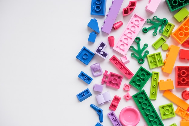 Разноцветные пластиковые строительные блоки. запчасти из ярких мелких запчастей для игрушек.