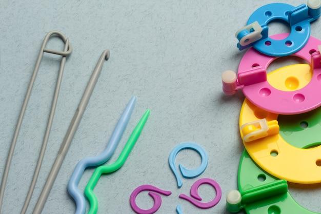 色とりどりのプラスチック製手編みアクセサリー