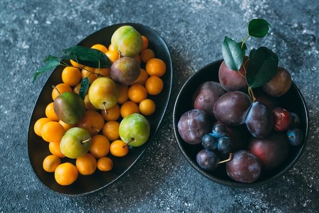 皿に色とりどりの梅が色分けされています