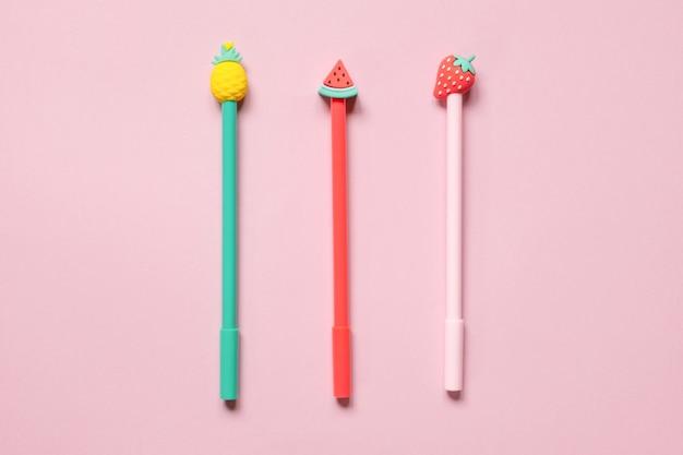 분홍색 배경에 여러 가지 빛깔된 학교 펜 재미 다채로운 다시 학교 개념으로