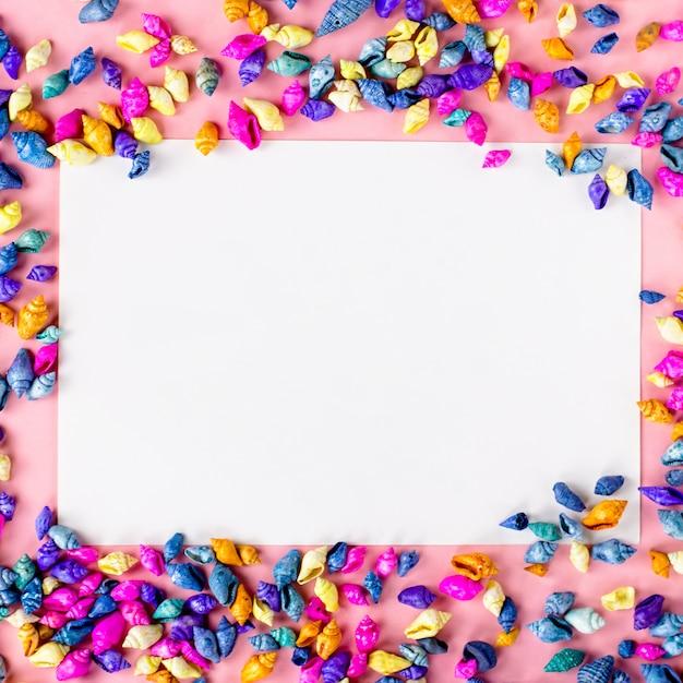 Разноцветные ракушки фон рамки на розовый