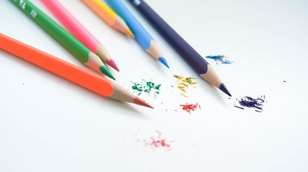 Разноцветный набор заточенных деревянных карандашей на белом фоне