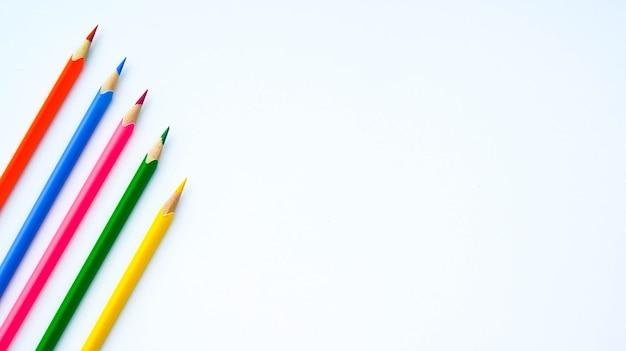 Разноцветный набор деревянных карандашей на белом фоне пространства для текста