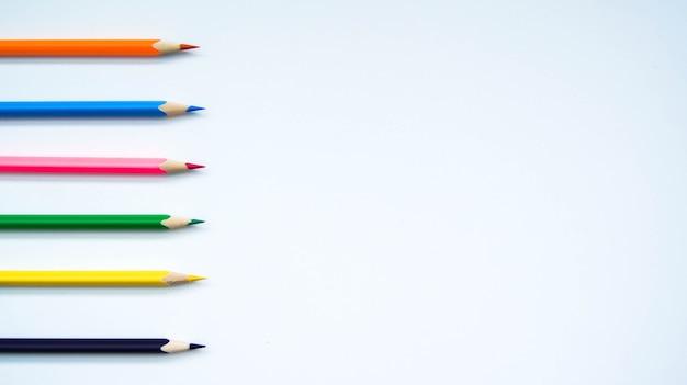 Разноцветный набор деревянных карандашей на белом фоне