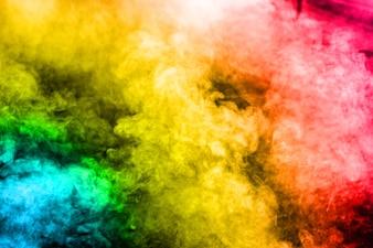 背景に多色の煙。