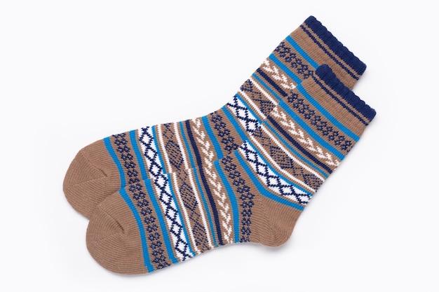 Разноцветные носки с орнаментом для спорта и отдыха в холодную погоду. изолированные на белом.