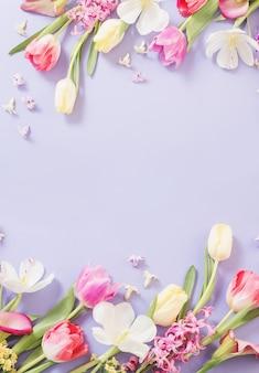 보라색 배경에 여러 가지 빛깔된 봄 꽃