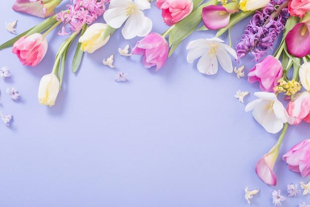 보라색 표면에 여러 가지 빛깔 된 봄 꽃
