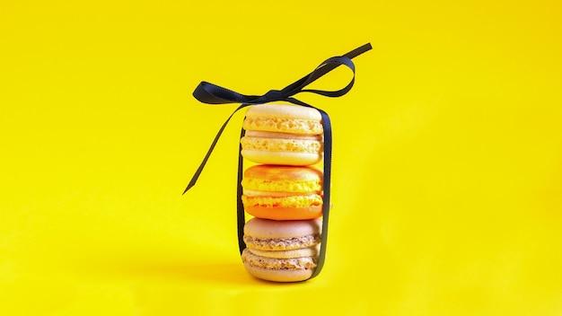 노란색 바탕에 macarons의 여러 스택