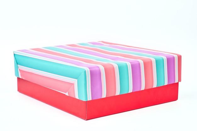 여러 가지 빛깔의 줄무늬 선물 상자.