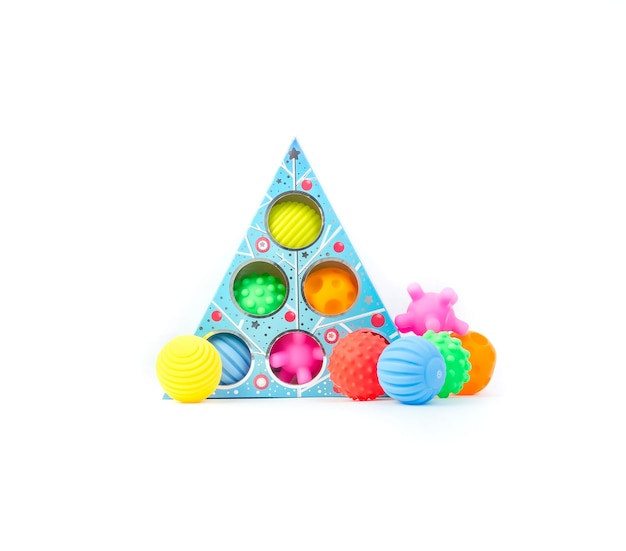 Разноцветные текстурированные шарики для развития ребенка. детская развивающая игрушка на белом фоне.