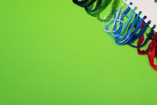 緑の刺繡のための色とりどりの糸