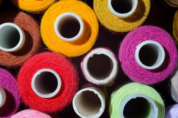コイル付きの色とりどりの糸